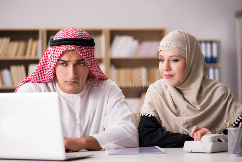 Paren av den arabiska mannen och kvinnan fotografering för bildbyråer