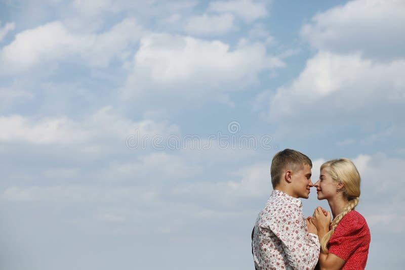 Paren av vänner på en bakgrund av himmel royaltyfri bild
