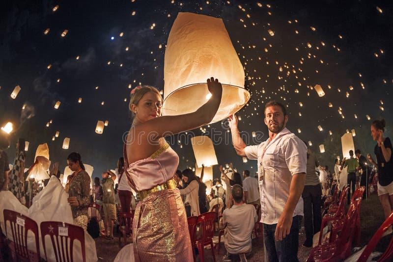 Paren die lantaarns in de hemel tijdens het festival van Yi Peng, Thailand vrijgeven royalty-vrije stock fotografie