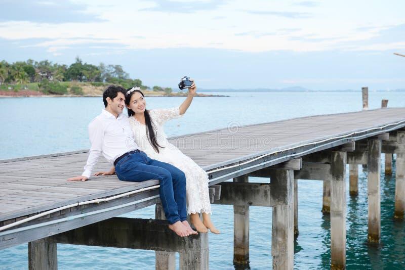 Paren die liefde tonen en gelukkig overal te reizen royalty-vrije stock foto's
