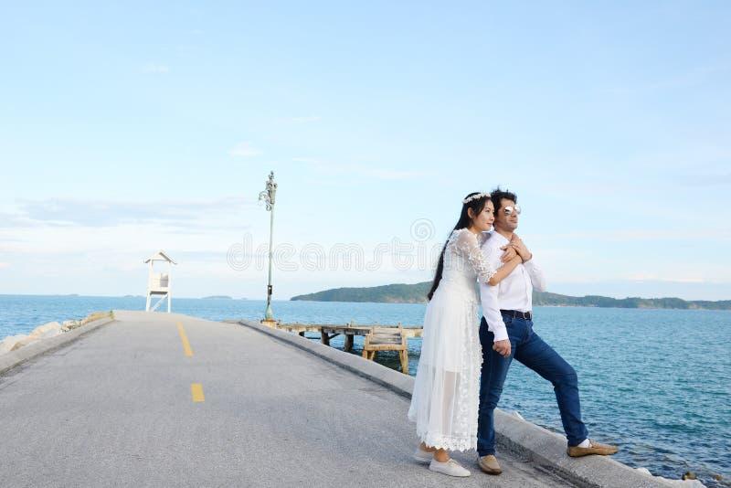 Paren die liefde tonen en gelukkig overal te reizen Valentine bedriegt stock foto