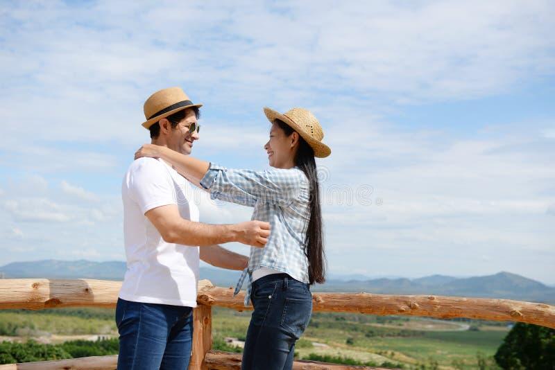 Paren die liefde tonen en gelukkig overal te reizen Valentine bedriegt royalty-vrije stock afbeelding