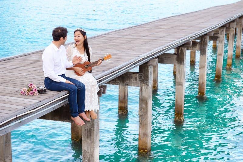 Paren die liefde tonen en gelukkig overal te reizen Valentine bedriegt royalty-vrije stock fotografie