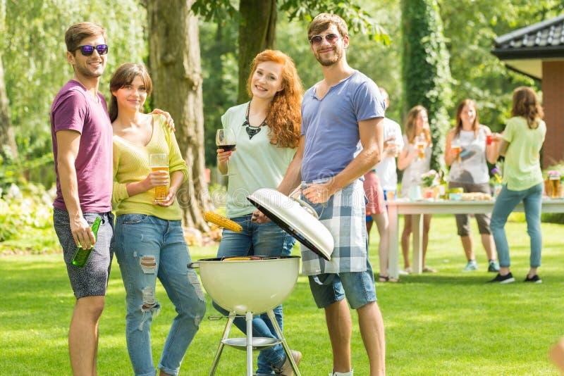 Paren die op de grill letten stock foto