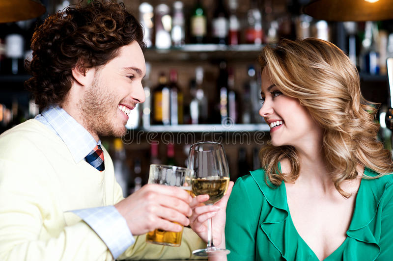 Paren die van dranken in nachtclub genieten royalty-vrije stock fotografie