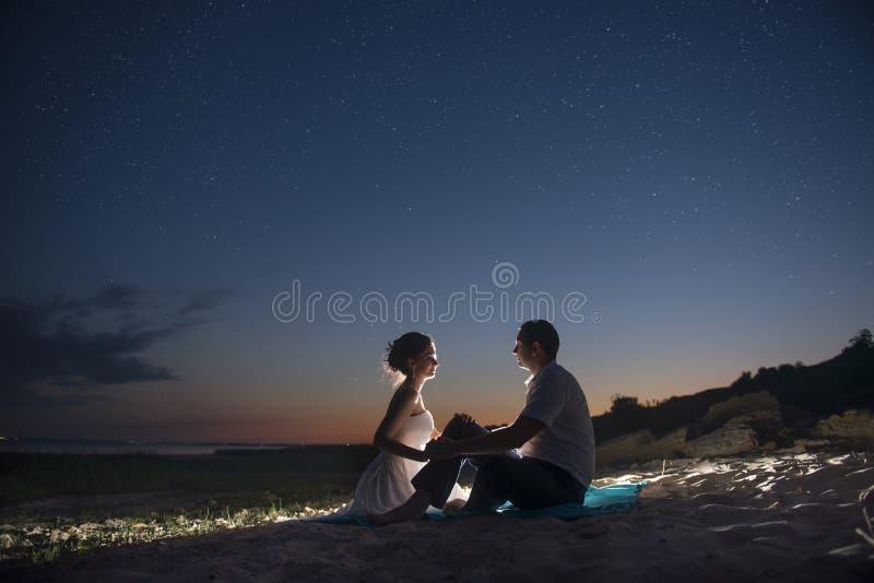 Paren på kusten på natten arkivbild