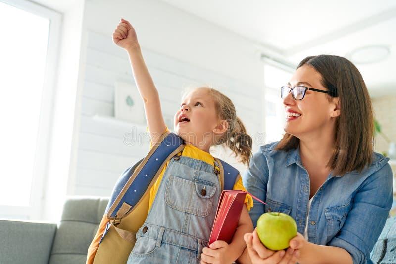 Parent et élève d'école maternelle images stock