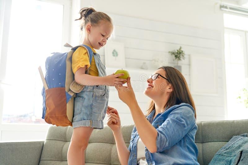 Parent et élève d'école maternelle photographie stock libre de droits