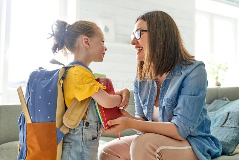 Parent et élève d'école maternelle image libre de droits