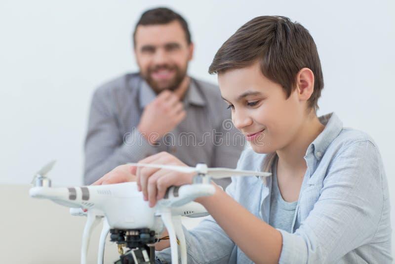 Parent et enfant mignons avec l'instrument moderne images libres de droits