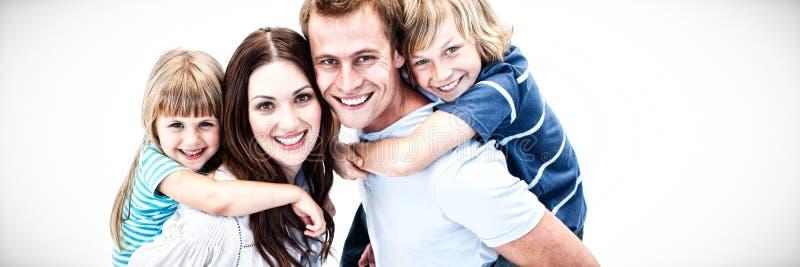 Parent heureux donnant sur le dos à leurs childs photographie stock libre de droits