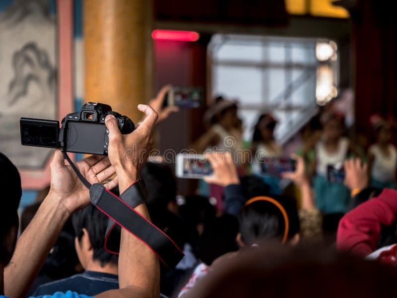 Parent l'essai pour prendre la vidéo de leur enfant dans le jour temporaire à l'école, b images libres de droits
