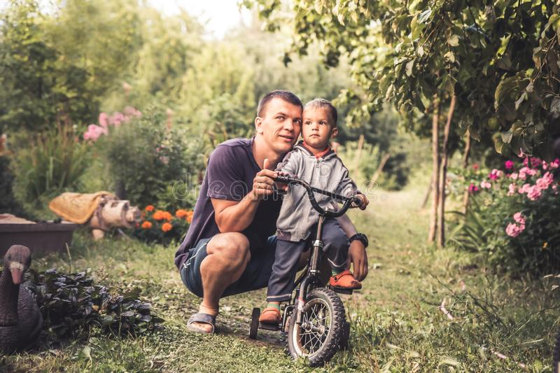 Parenting feliz do conceito pequeno feliz do retrato do estilo de vida da criança do filho do abraço do pai imagens de stock royalty free