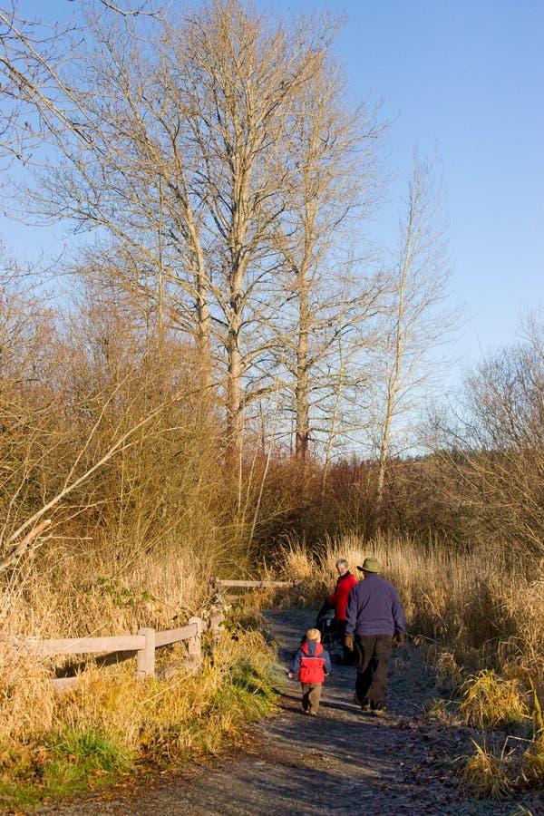 Parents à l'extérieur pour une promenade photos libres de droits