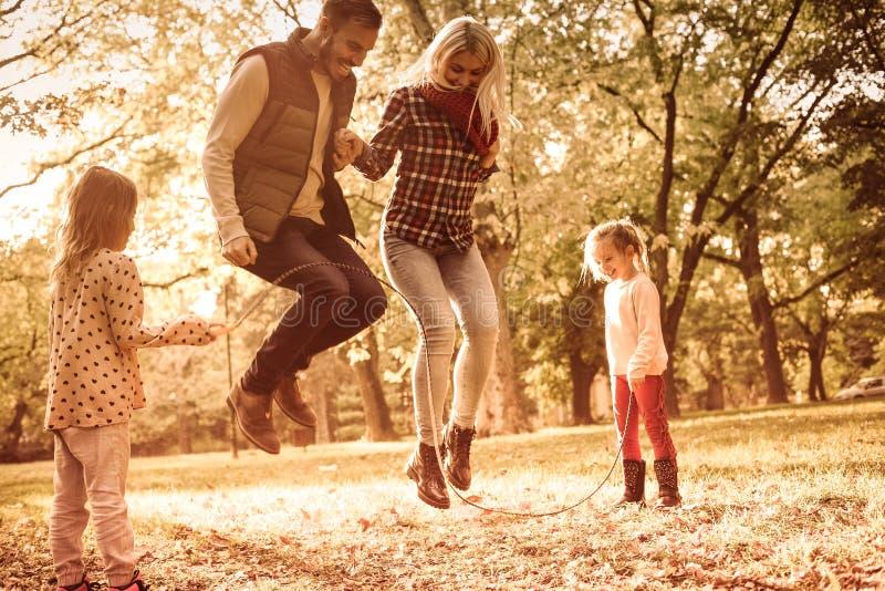 Parents игры ` s внебрачных ребеят стоковые фотографии rf