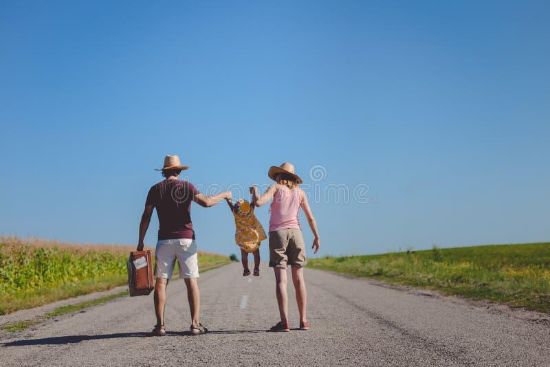 Parents отбрасывая девушка малыша на шоссе сельской местности стоковые изображения rf