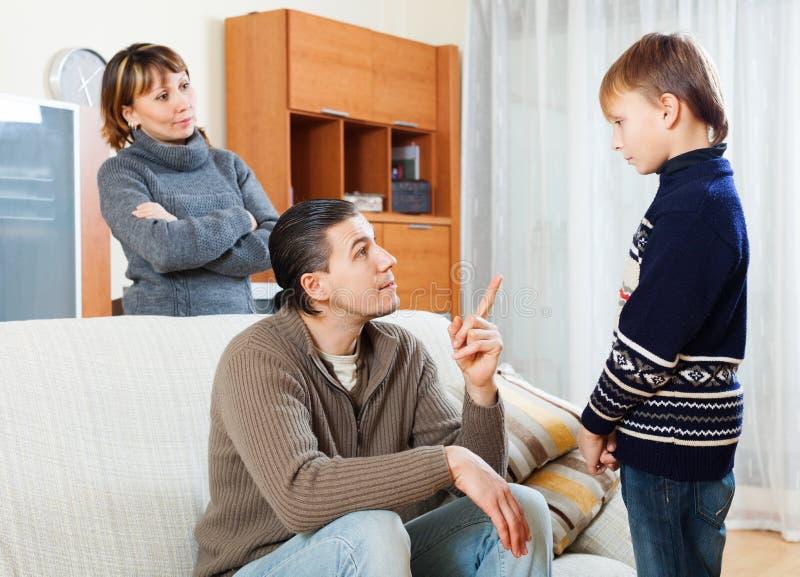 Parents ругая сын подростка стоковое фото