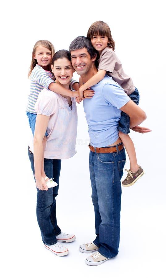 Parents affectueux donnant à leurs enfants un ferroutage photo libre de droits