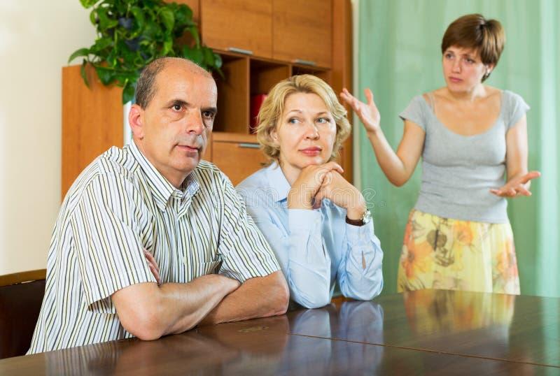 Parents avec la fille adulte ayant le conflit images libres de droits