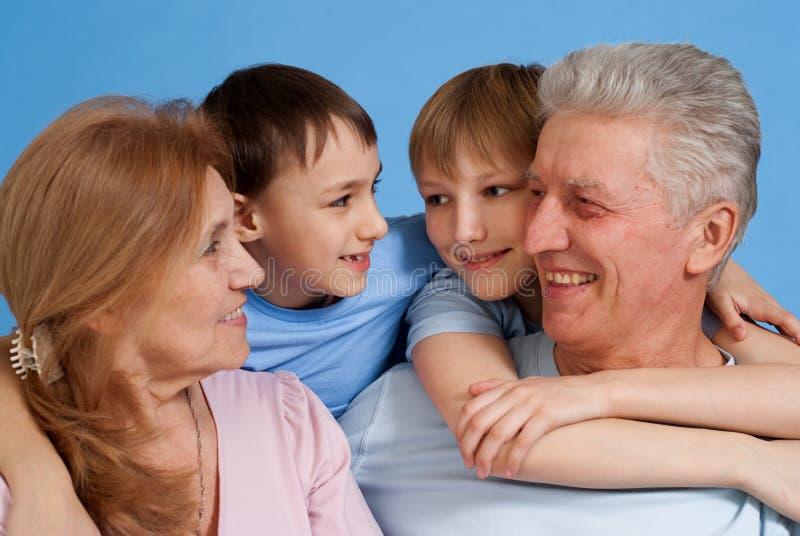 Parents caucasiens heureux avec des enfants photo libre de droits