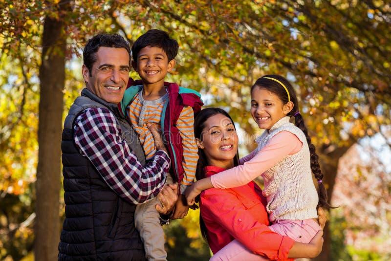 Parents crianças levando ao estar no parque foto de stock royalty free