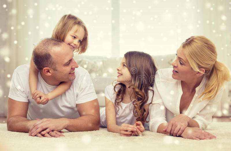 Parents de sourire et deux petites filles à la maison images libres de droits