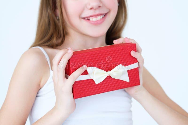 Parents de surprise de récompense de boîte-cadeau de présent de prise de fille photographie stock