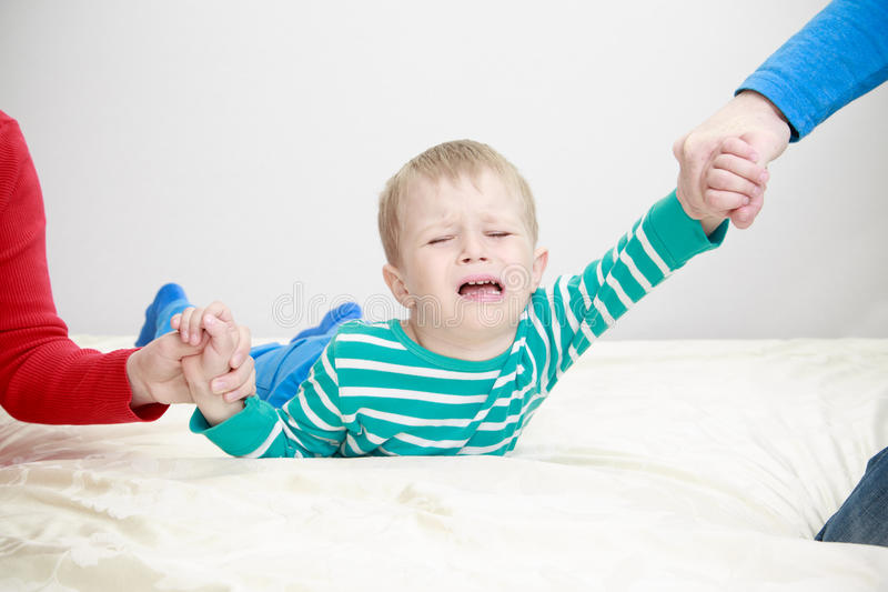 Parents divorcés tenant l'enfant triste photos stock