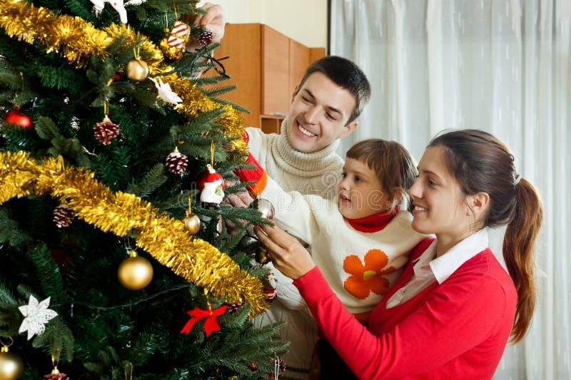 Parents et enfant se préparant à Noël images stock
