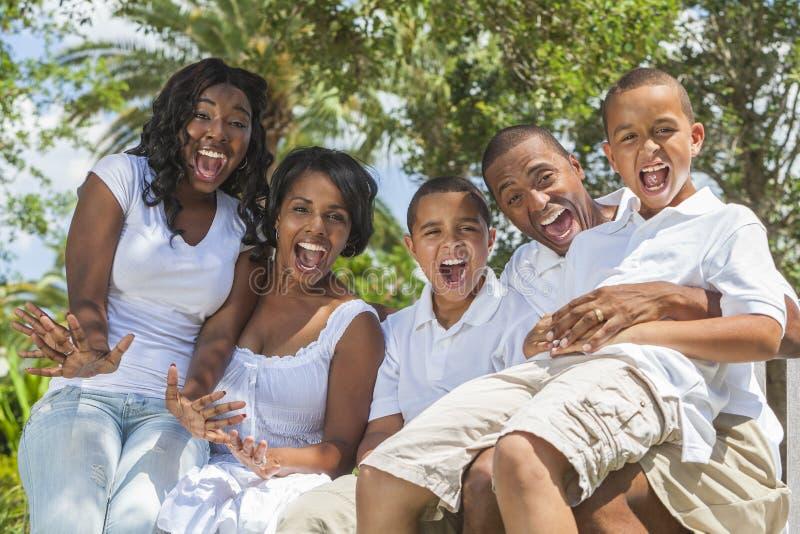 Parents et enfants de famille d'Afro-américain images stock