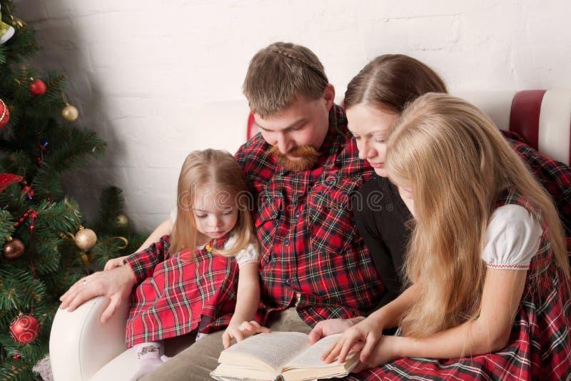 Parents et enfants lisant des histoires ensemble photo stock