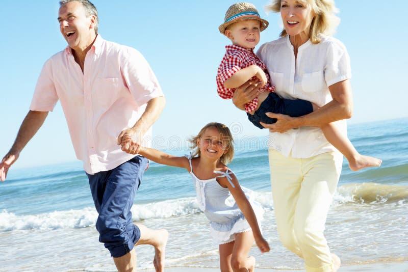 Parents et enfants sur la plage photo libre de droits