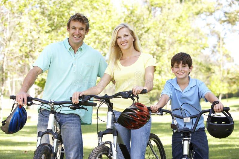 Parents et fils sur la conduite de cycle en stationnement photo libre de droits