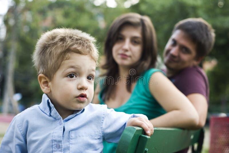 Parents et gosse heureux image stock