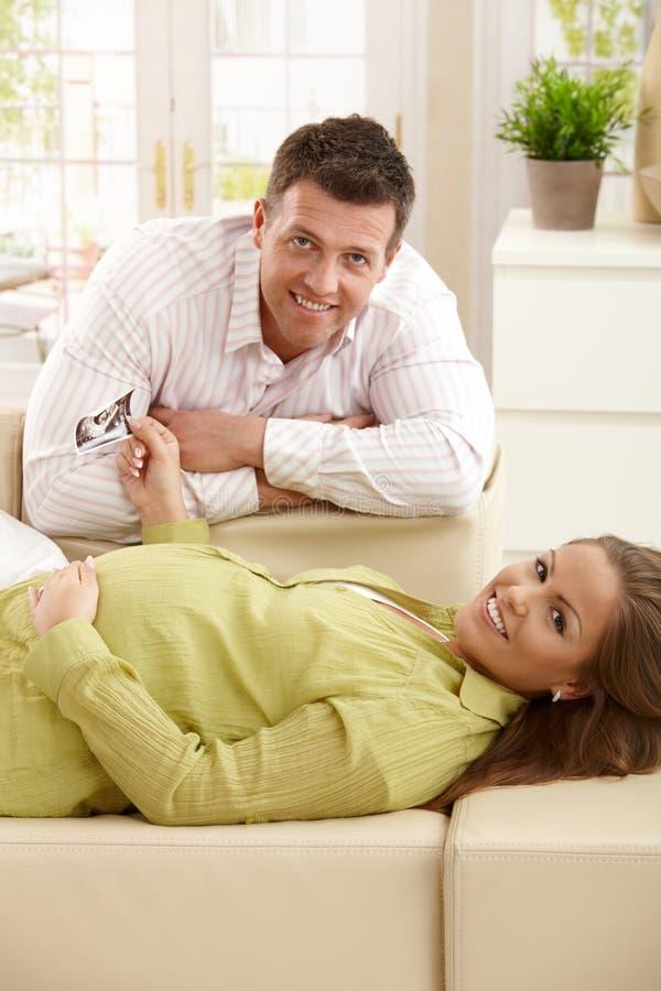 Parents heureux attendant la chéri images stock