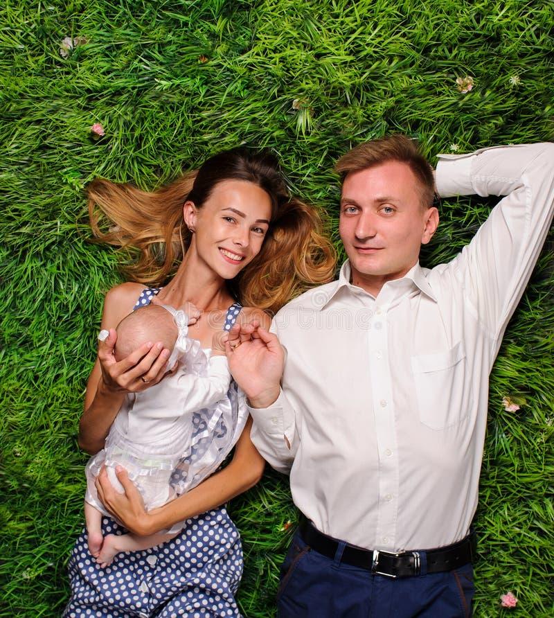 parents heureux avec un nouveau-né photos stock