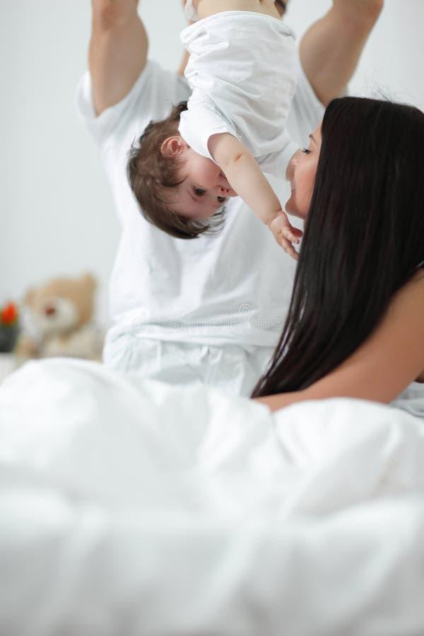 Parents heureux jouant avec leur enfant images stock