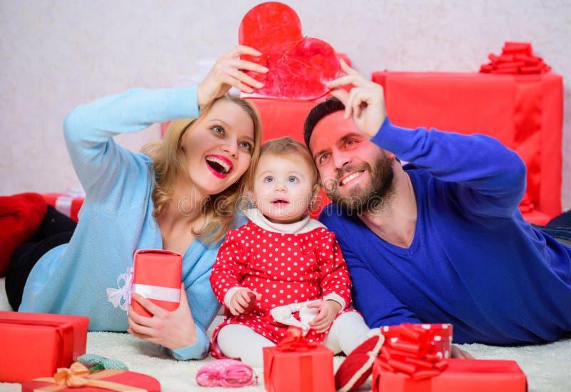 Parents heureux La vie ne peut pas être meilleure La famille célèbrent l'anniversaire Couplez dans l'amour et la fille de bébé Ro photographie stock
