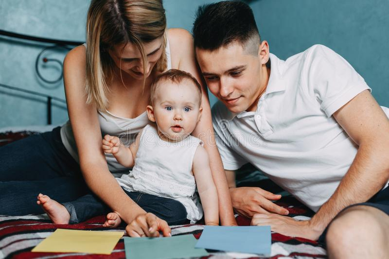 Parents jouant le jeu éducatif avec la fille photographie stock libre de droits