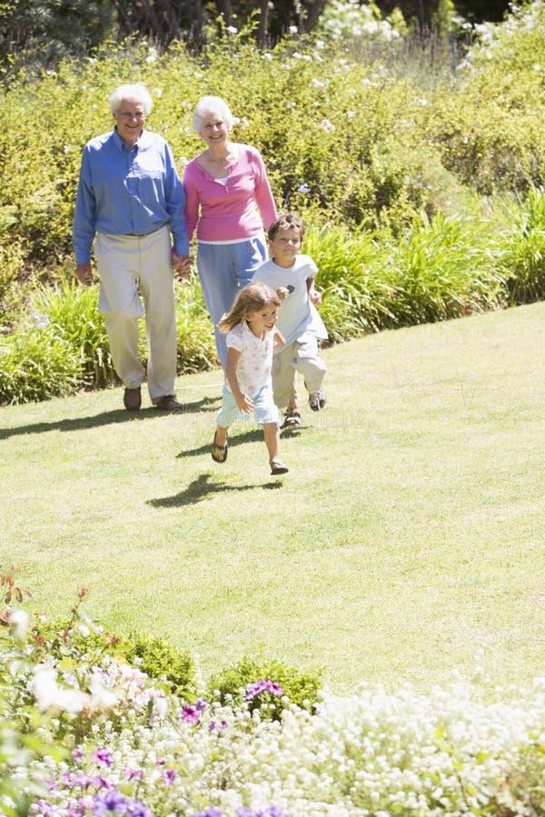Parents marchant avec des enfants photographie stock
