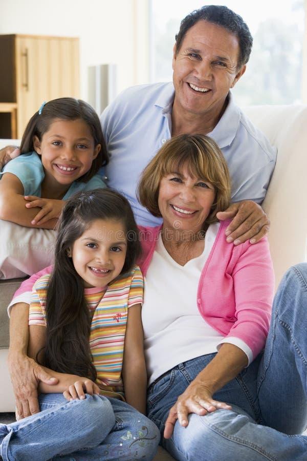 Parents posant avec des enfants image stock