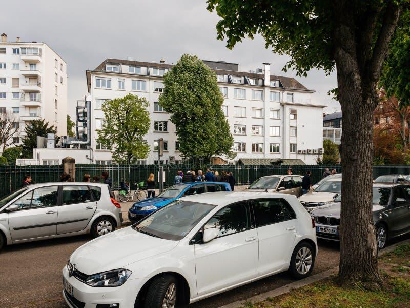 Parents prenant des enfants d'école dans les Frances image libre de droits