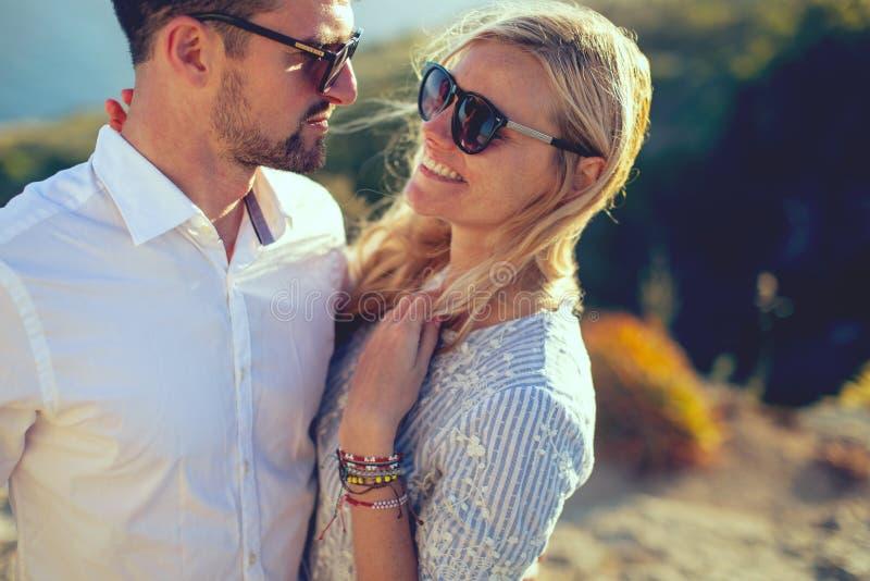Pares à moda novos felizes no amor na natureza no verão fotos de stock