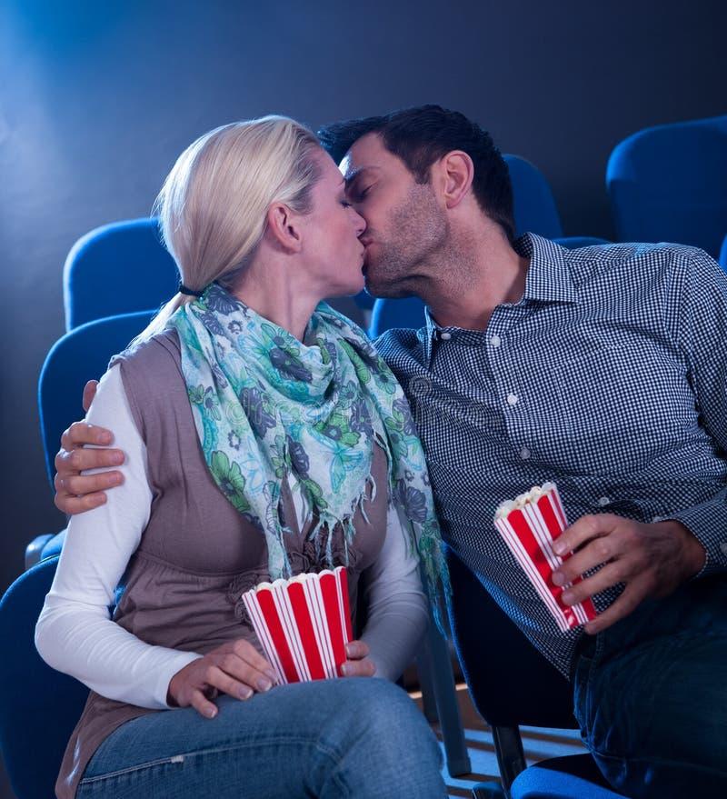 Pares à moda que têm o momento romântico fotografia de stock royalty free