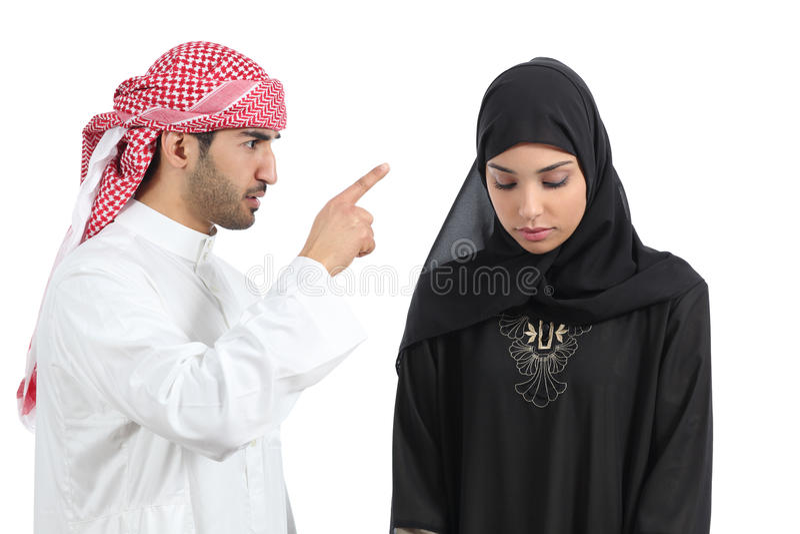 Pares árabes con un hombre que discute a su esposa imagenes de archivo