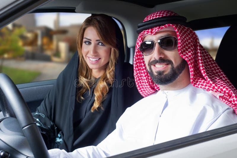 Pares árabes en un coche newely comprado fotografía de archivo