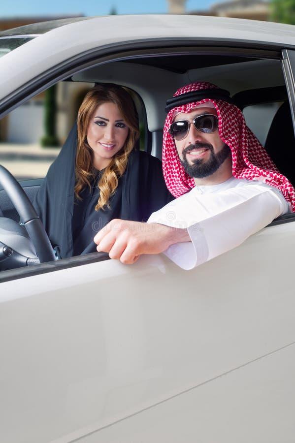 Pares árabes en un coche newely comprado imagen de archivo
