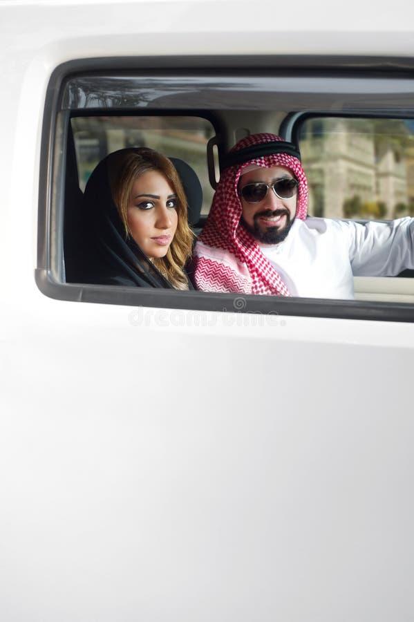 Pares árabes en un coche newely comprado imágenes de archivo libres de regalías