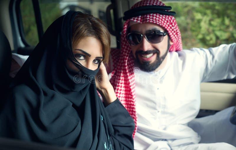 Pares árabes no carro perto da HOME fotos de stock