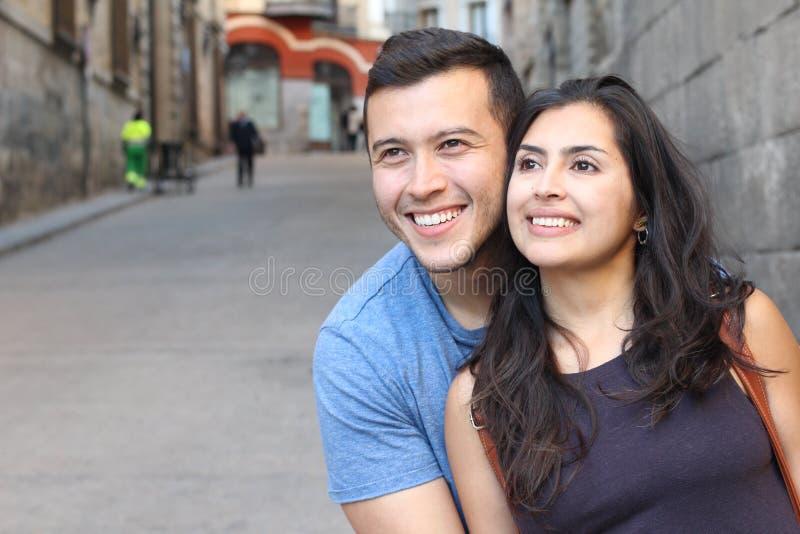 Pares étnicos lindos que sorriem perto acima fotos de stock